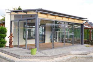 Sommergarten bei geschlossenen Glastüren