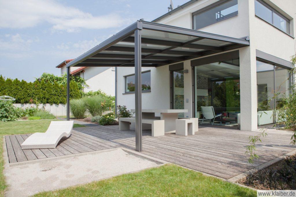 Terrassendach der Firma Klaiber aus Aluminium in der modernen Farbe anthrazit als Pultdach. Erhältlich beim Fachhändler Schulze-Braak in Hamburg-