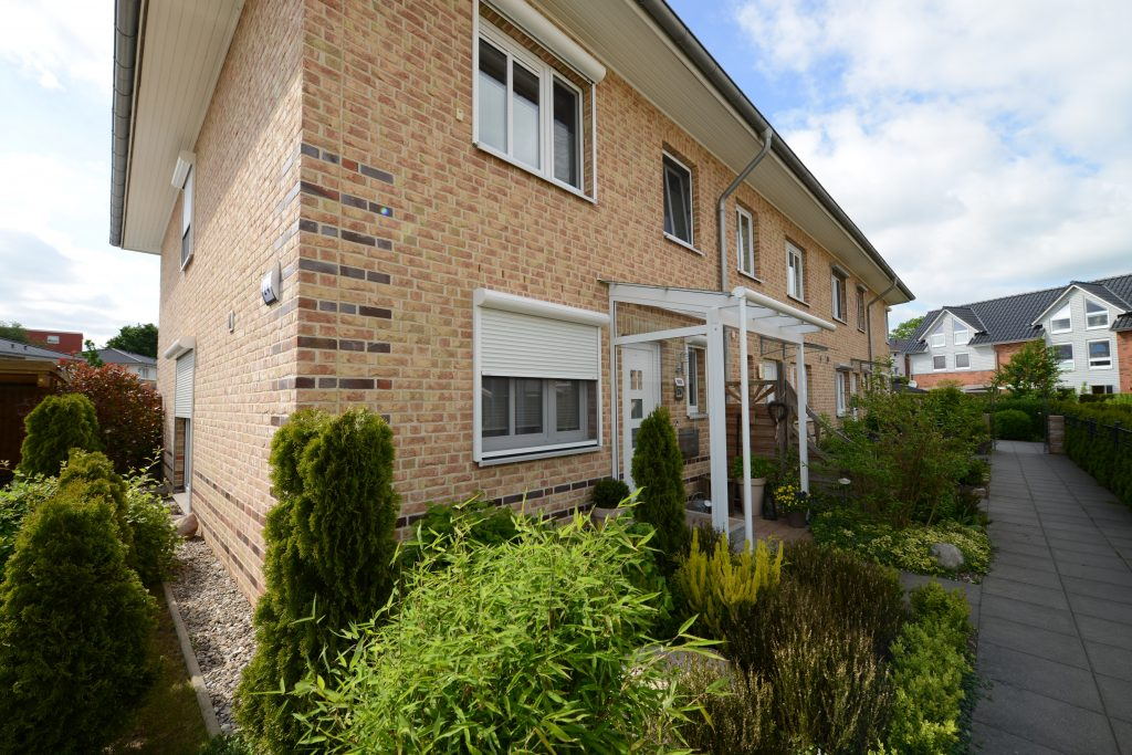 Vordach für den Hauseingang in der Farbe weiß mit Seitenteil aus Glas. Hergestellt und montiert wurde das Haustürvordach vom Fachbetrieb Schulze Braak aus Hamburg.