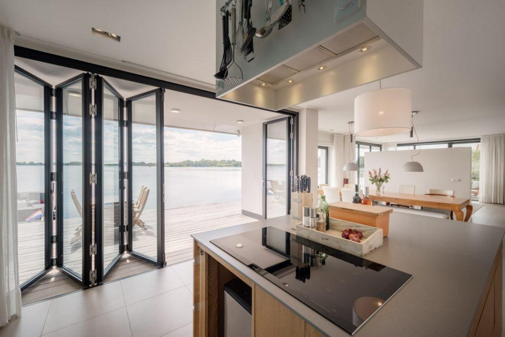 Die Falttüren bestehen aus Glas uns Aluminium und stammen aus der Serie SL80 von Solarlux. Diese und andere Falttüren und Faltwände werden vom Fachhändler Schulze Braak in Hamburg, Lübeck geplant und montiert.