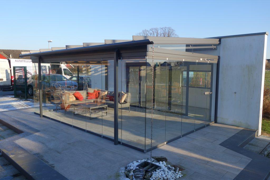 Solarlux Outdoor Ausstellung bei Hamburg, Lübeck mit Solarlux Wintergärten, Solarlux Glashäuser, Solarlux Terrassenüberdachung SDL Atrium Plus sowie diverse Solarlux Faltwände, Schiebesysteme und Schiebe-Dreh-Türen.