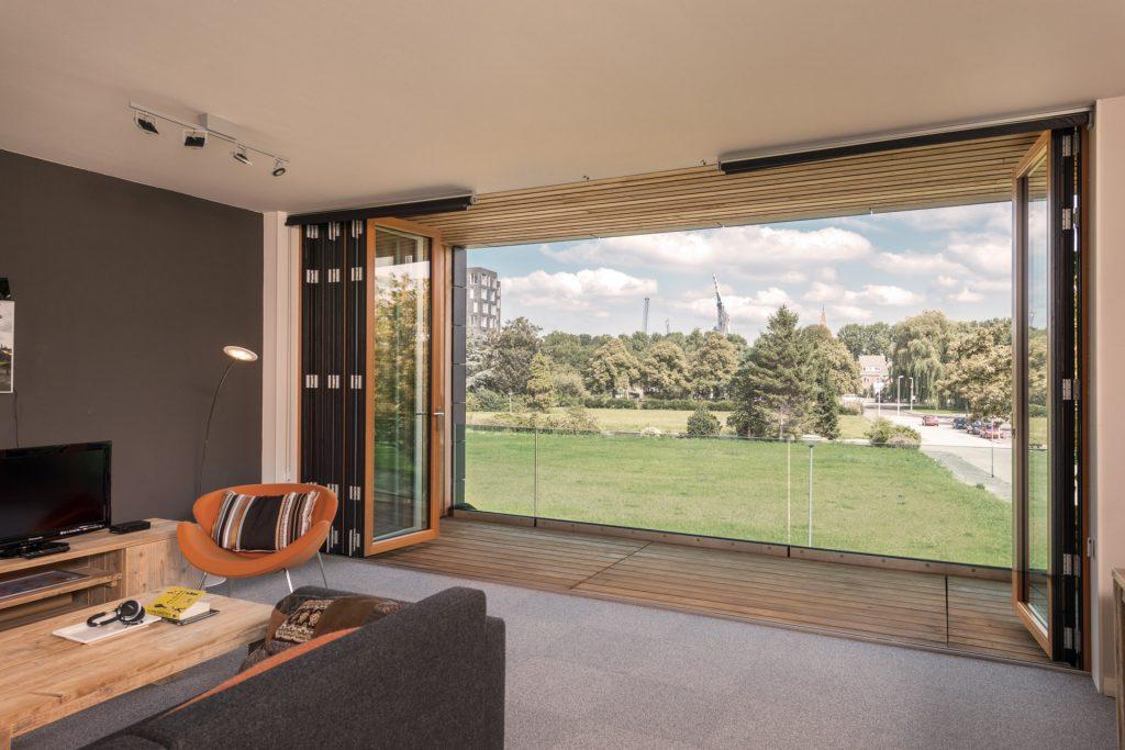 Solarlux Faltwand aus Glas, Holz und Alu aus der Solarlux-Serie SL 97. Faltwände aus Glas sind erältlich beim Händler SchulzeBraak aus der Nähe von Lübeck, Neumünster.