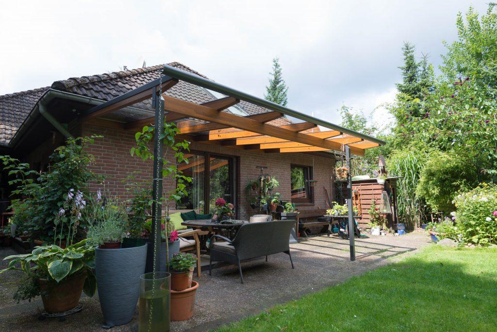 Terrassendach Aluna mit Pultdach in einer Kombination aus Holz und Aluminium. Hergestellt und aufgebaut von Schulze Braak aus Hamburg.