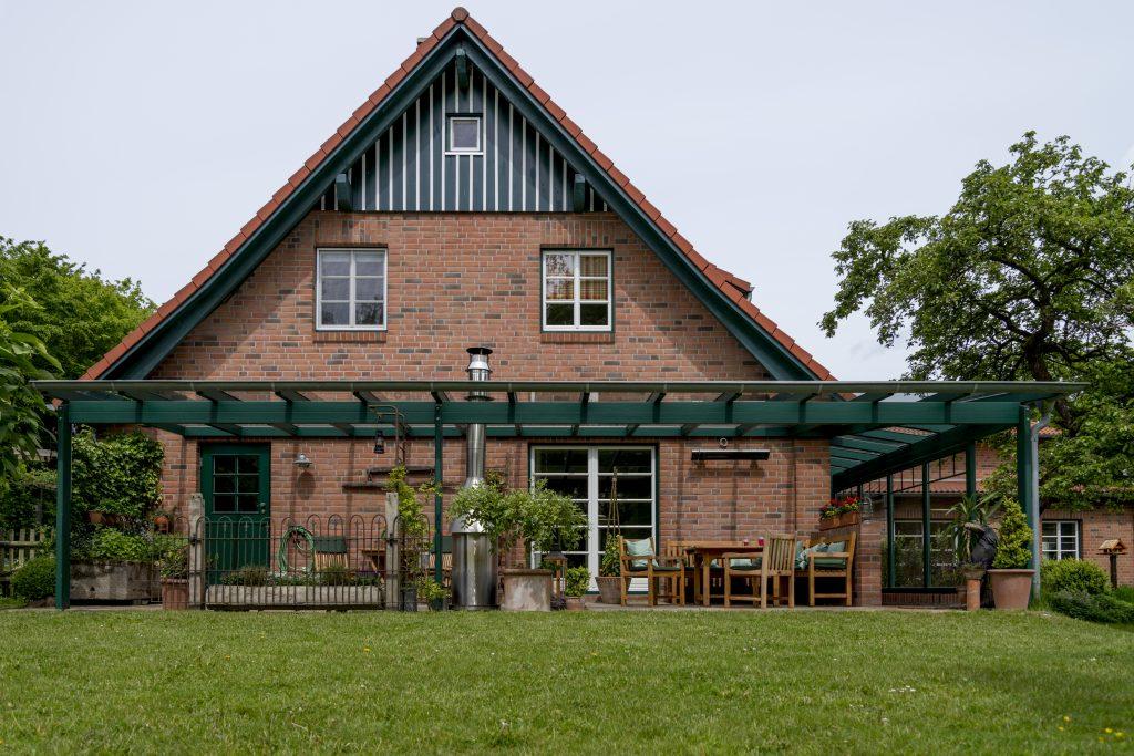 Holz Terrassendach in Grün bei Hamburg. Hergestellt und aufgebaut von der Firma Schulze Braak.