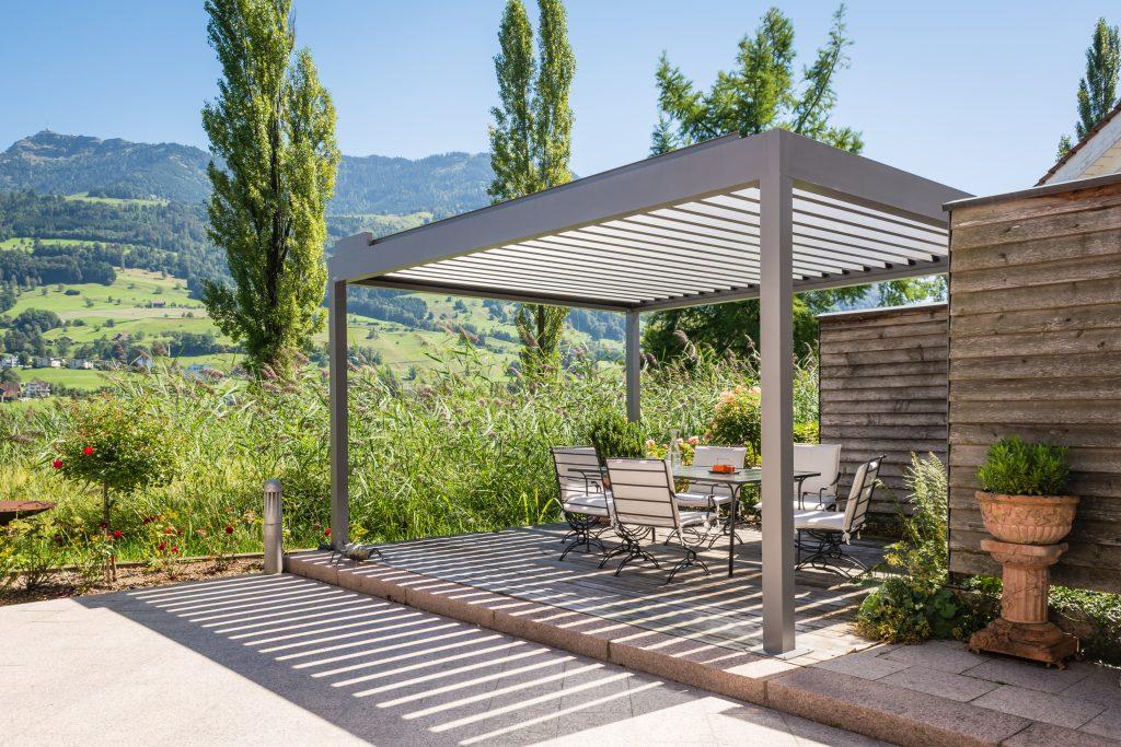 Das Lamellendach Bavona vom Terrassendachhersteller Klaiber in einem modernen grauen Farbton