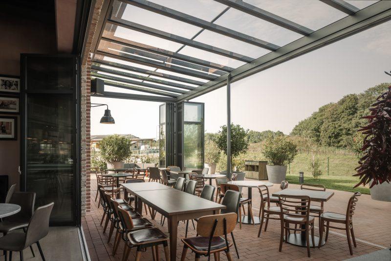 Sommergarten mit der Solarlux Falttür SL45 in einer Gastronomie | Ratgeber SchulzeBraak
