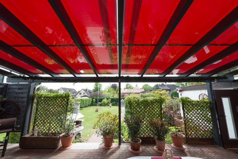 Terrassenüberdachung mit einer Außenbeschattung auf dem Dach | Ratgeber SchulzeBraak