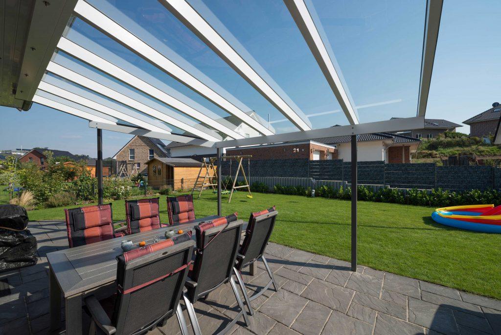 Terrassendach aus Holz von SchulzeBraak aus Hamburg in der Farbe weiß und grau
