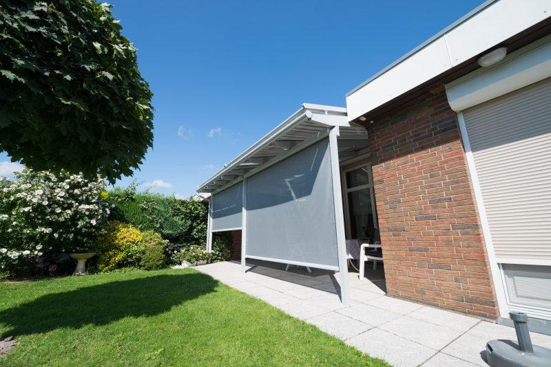Terrassendach mit einer Senkrechtmarkise gegen seitliche Sonnenstrahlen (Verschattung) | Ratgeber SchulzeBraak