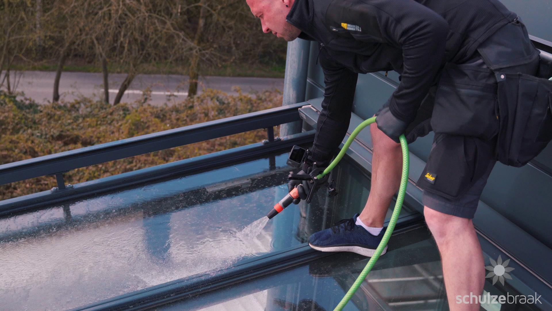 Terrassendach wird eingewässert