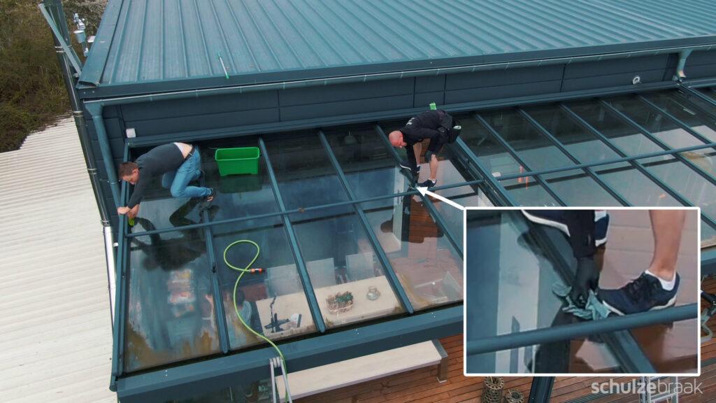 Reinigung der Dachsparren eines Terrassendaches